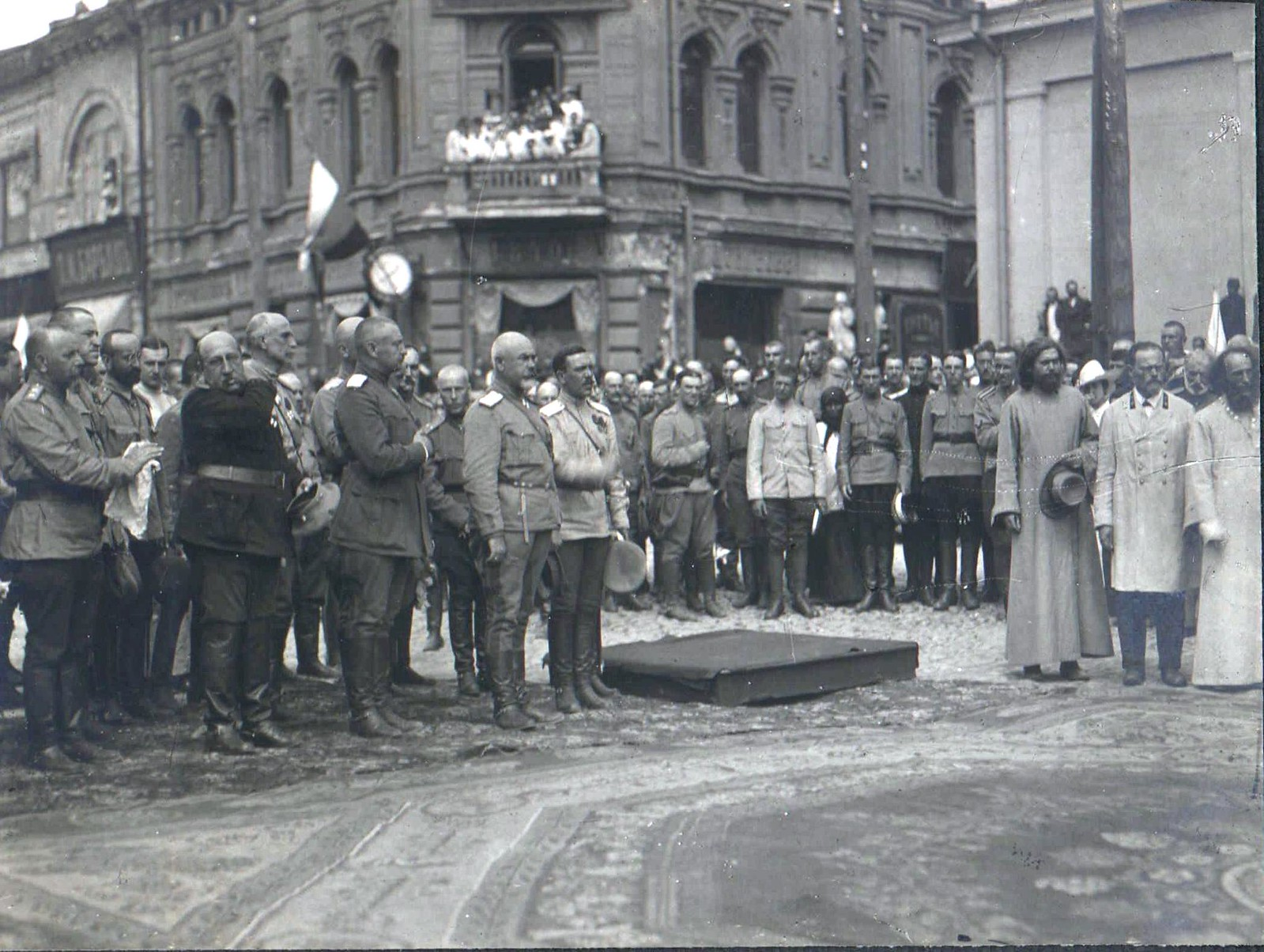 172. 1919. Генерал А.И. Деникин со штабом перед молебном. Харьков