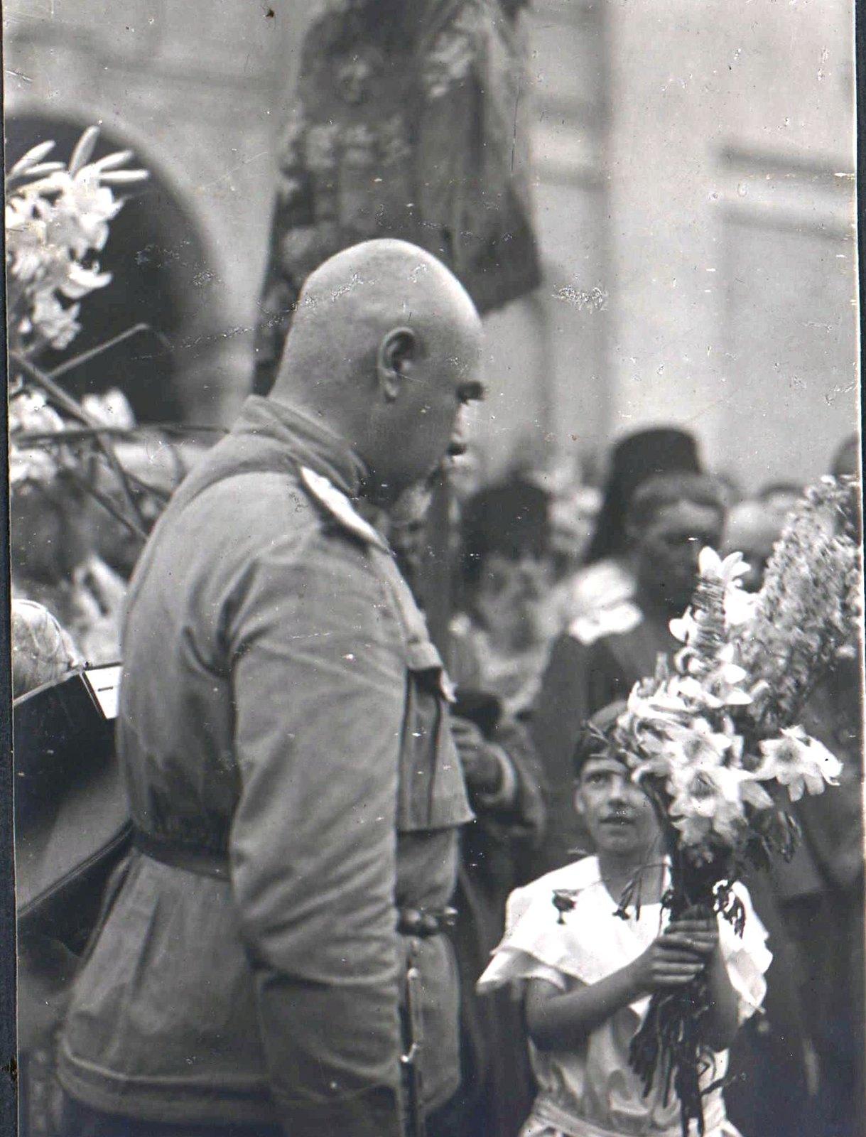 174. 1919. Генерал А.И.Деникин в Харькове на параде. Дети подносят Антону Ивановичу цветы, 22 июня