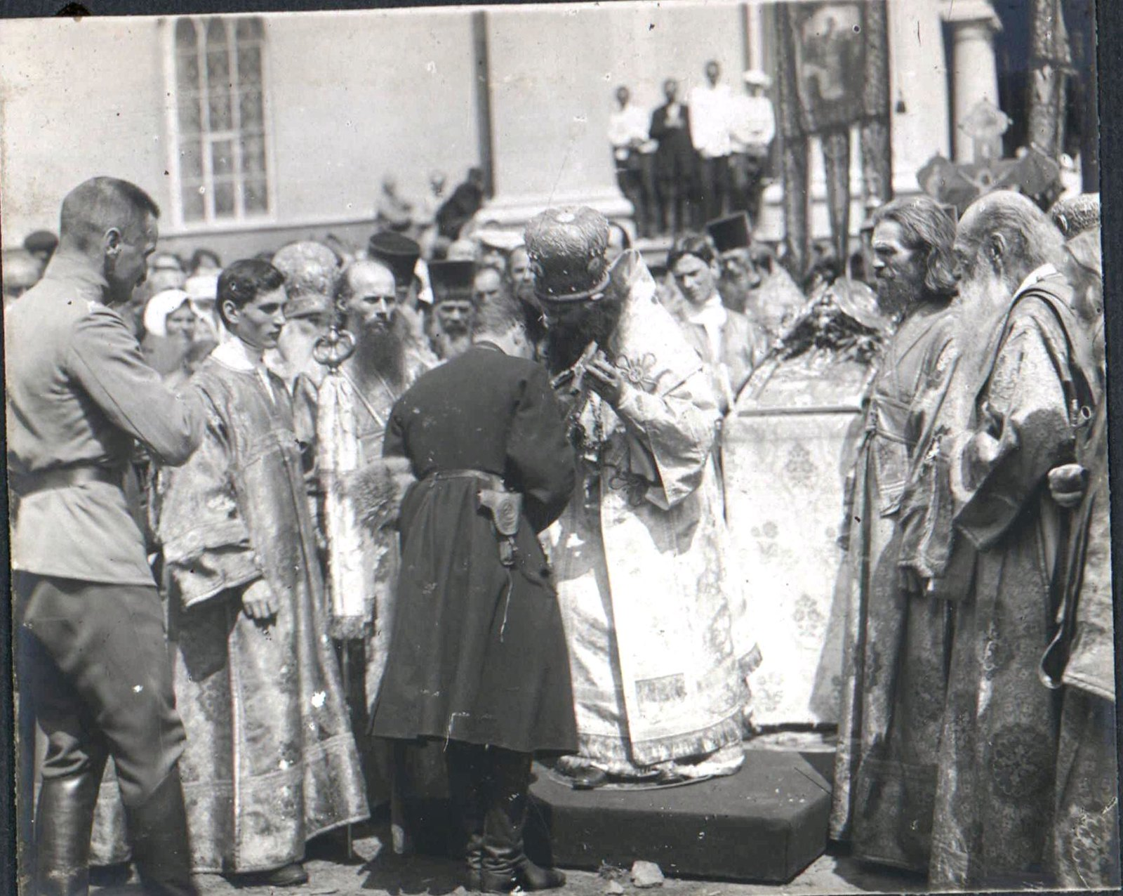 171. 1919. Генерал А. Шкуро, прибывший в Харьков, прикладывается к кресту, Харьков