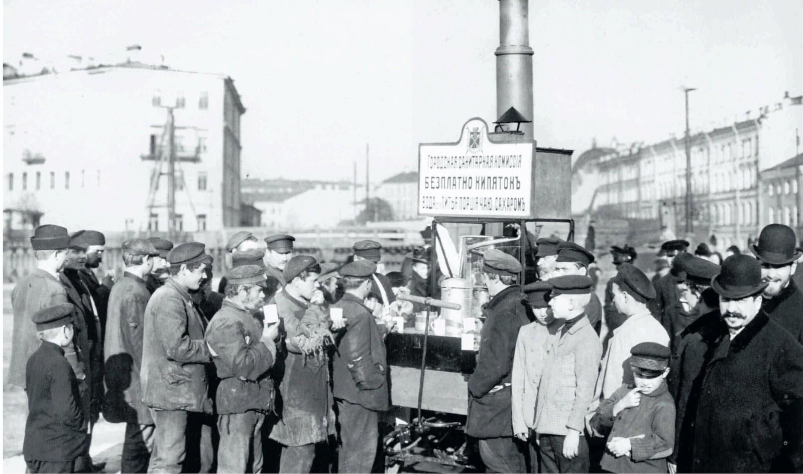 14. 1908. Очередь за бесплатным кипятком у пункта городской Санитарной комиссии