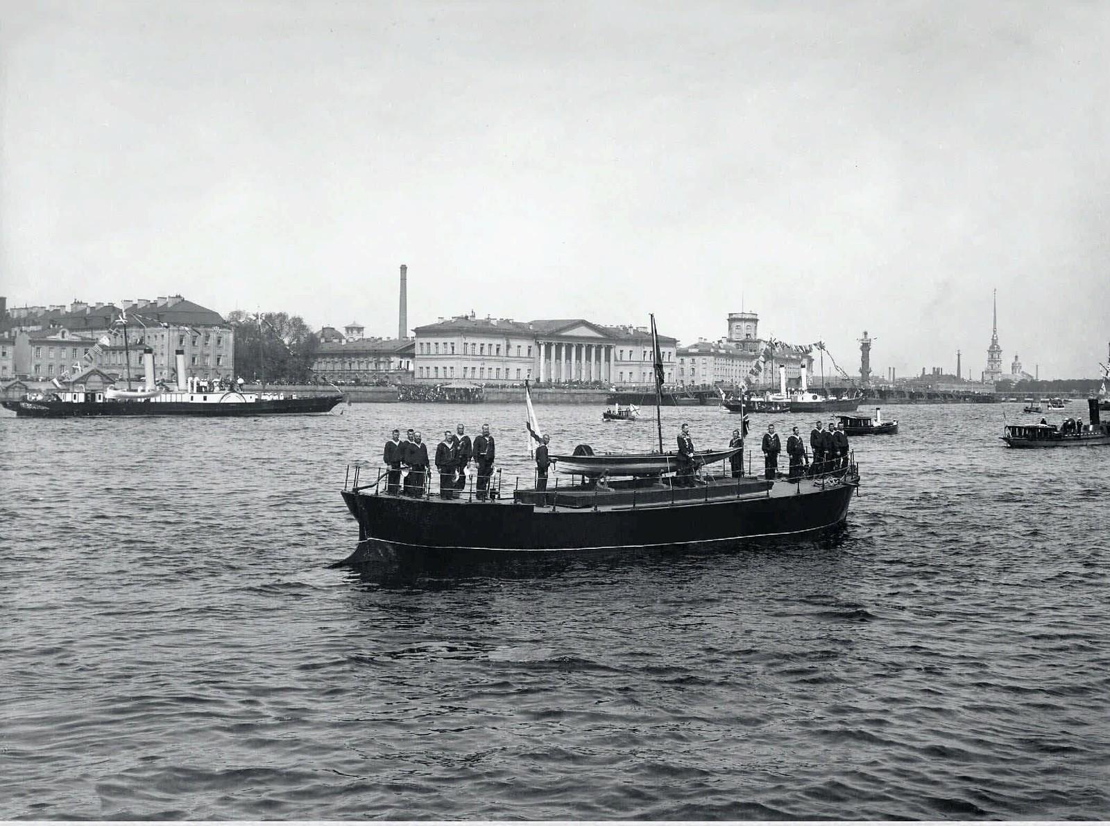 11. 1903. Верейка (вёсельная лодка) Петра на палубе баржи в день 200-тия Санкт-Петербурга.16 мая