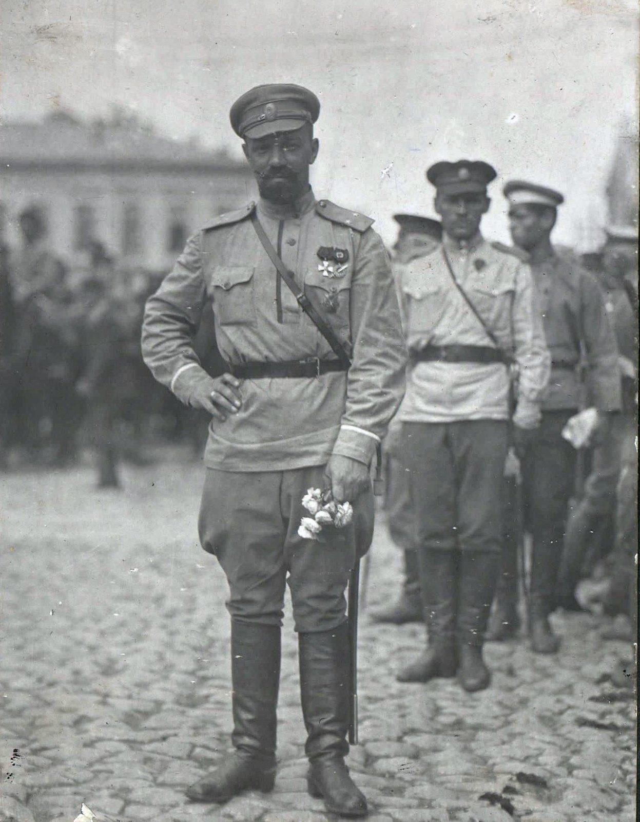 177. 1919.  Командир 1-го Армейского корпуса генерал А.П.Кутепов после парада с цветами на Соборной площади