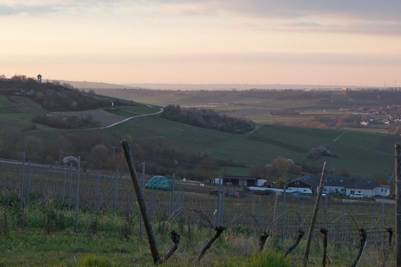 Blick ins Tal und zum Aussichtsturm am Hiebnerg