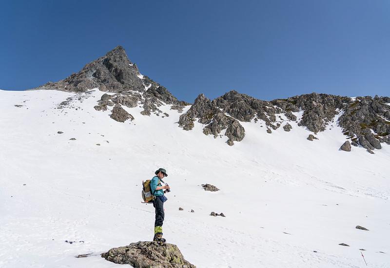 槍ヶ岳を下山する