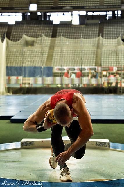 Deporte. Atletismo Master. Campeonatos de Cataluña indoor. Palau Sant Jordi. Lanzamiento de Peso.