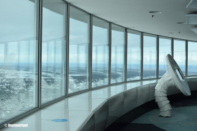 Lasinen ikkuna ja osa näyttelystä Tallinnan tv-tornissa