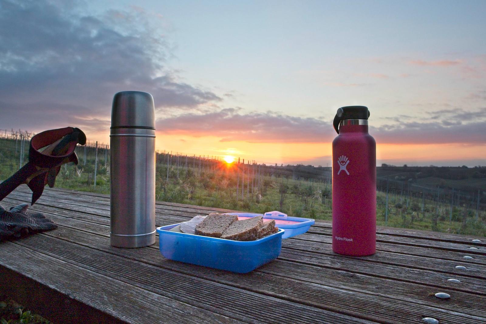 Brotzeit und Kaffee bei Sonnenaufgang am Tisch des Weines (unterhalb Windhäuser Hof)
