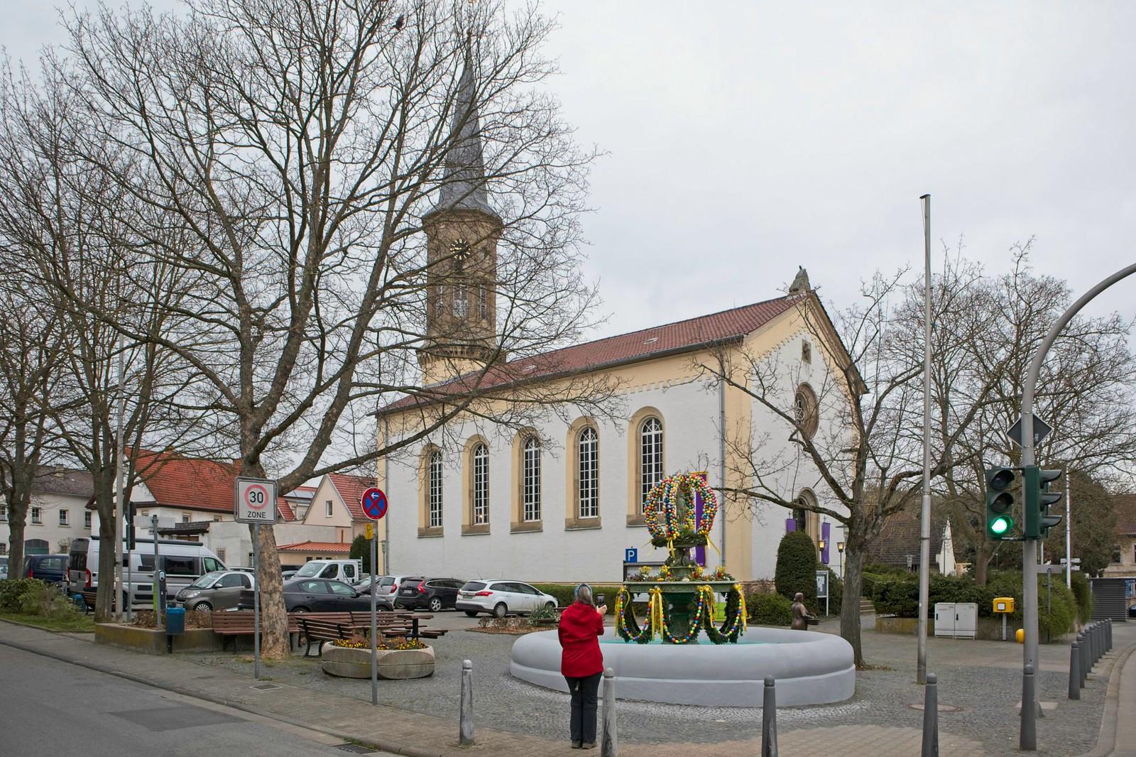 Evangelische Kirche und Osterbrunnen in Schwabenheim an der Selz