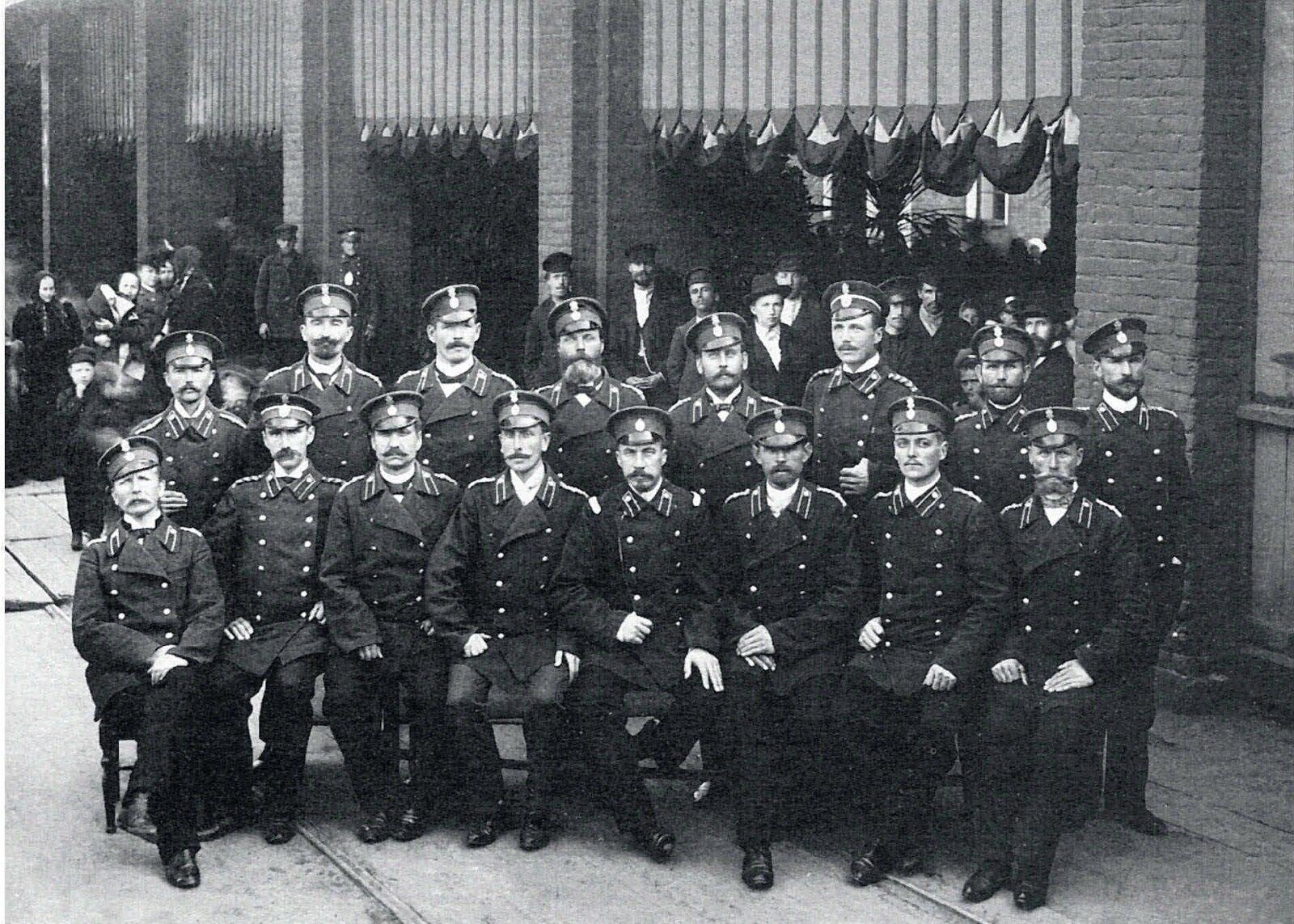 24. 1889. У конторы