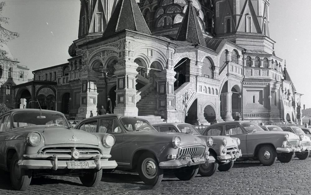 1958. Стоянка автомобилей на Васильевском спуске