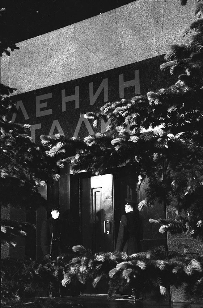 1950-е. У входа в Мавзолей Ленина-Сталина