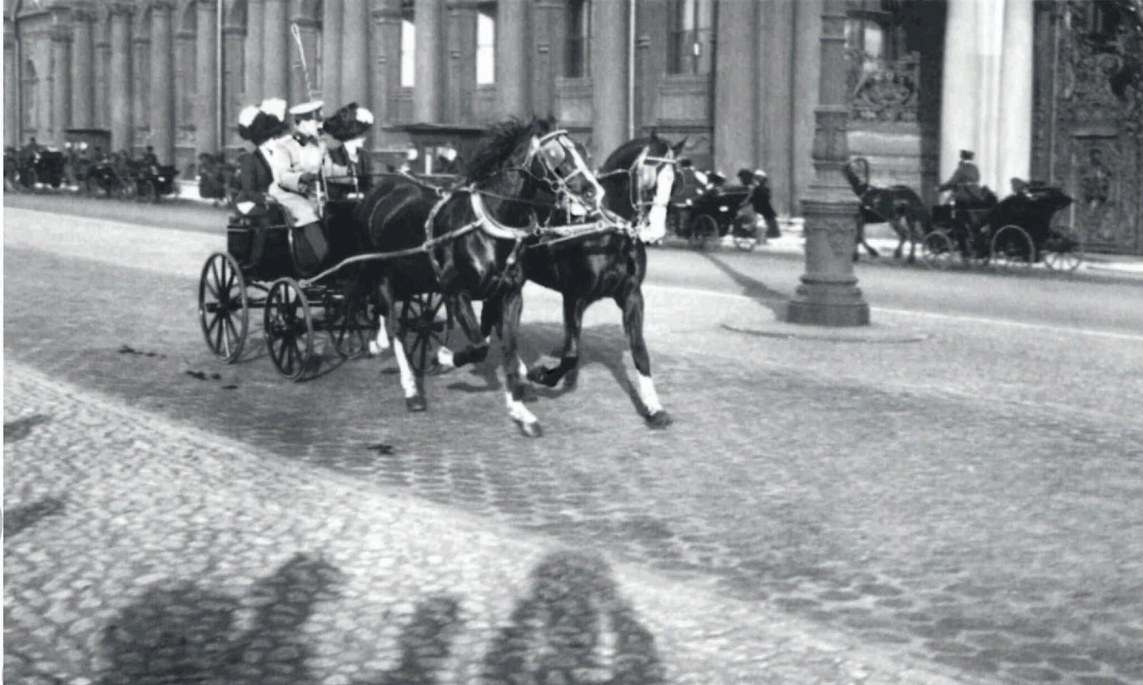 30. 1910-е. Офицер с дамами на прогулке
