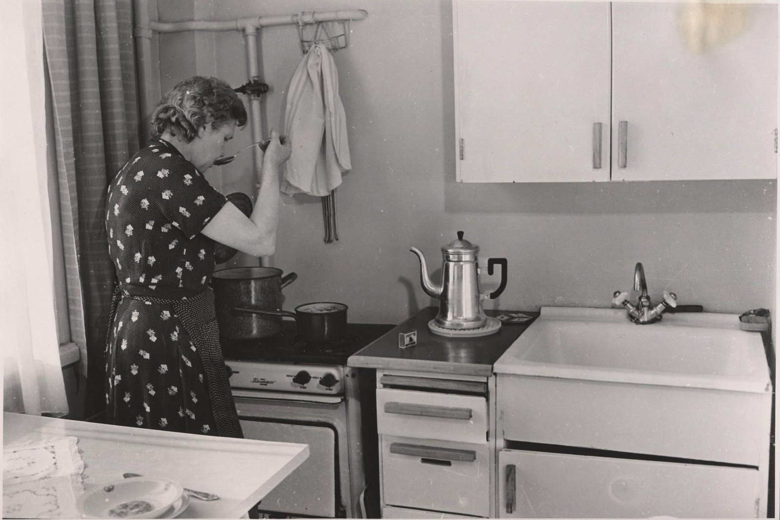 1959. Кухня квартиры нового панельного дома. Март