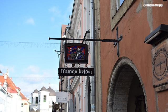 Munga kelder -ravintolan kyltti Tallinnassa