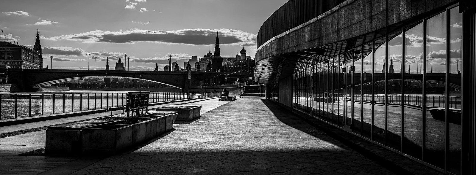 Москворецкая Набережная у парка Зарядье под Парящим мостом
