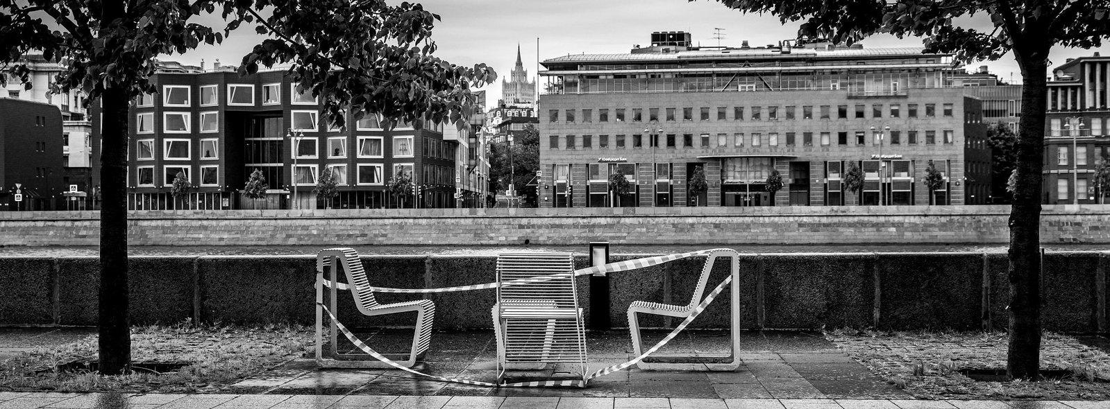 Скамейки в парке Музеон, и вид на Пречистенскую Набережную и здание МИДа