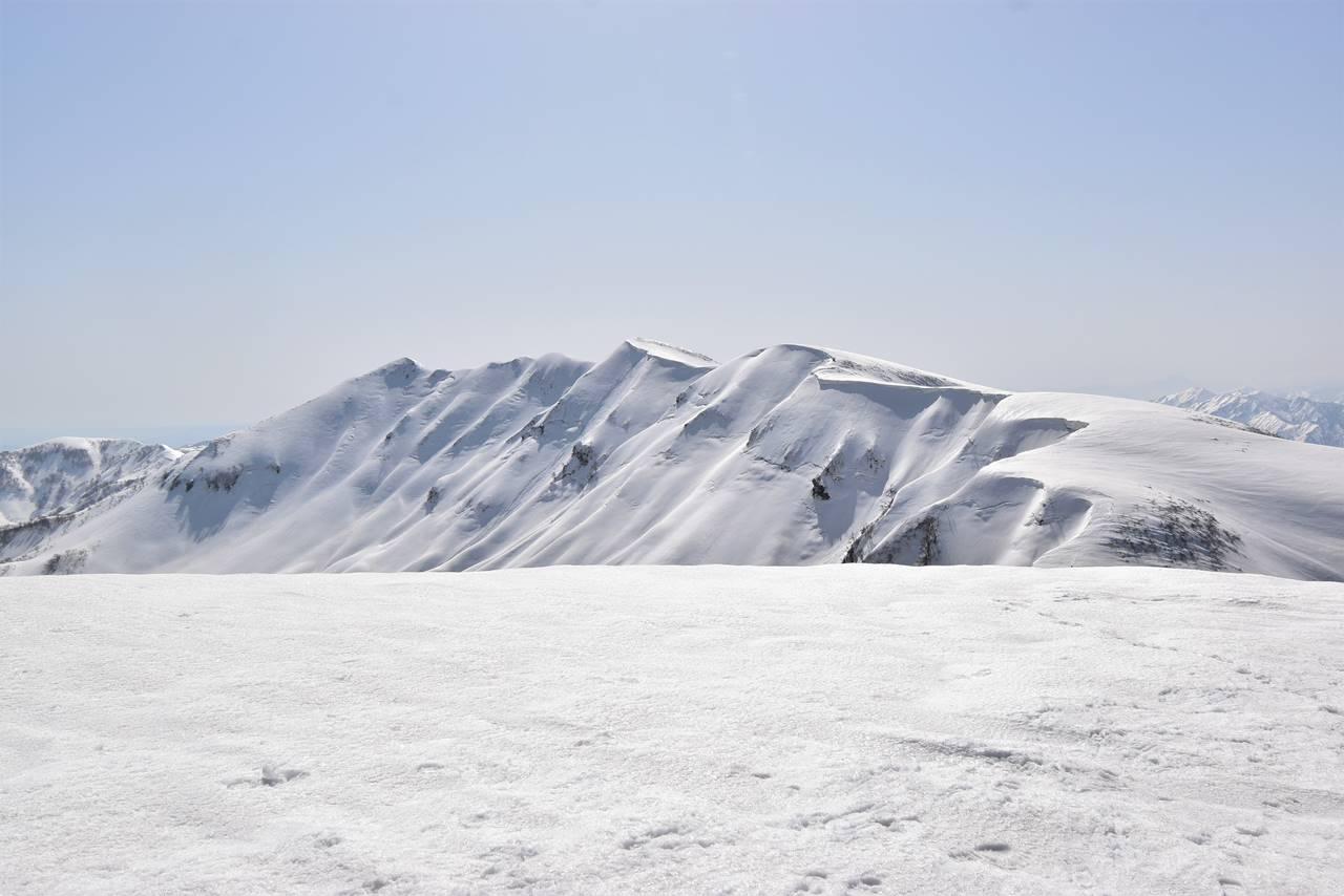 【新潟】守門岳・大岳から眺める袴岳と大雪庇
