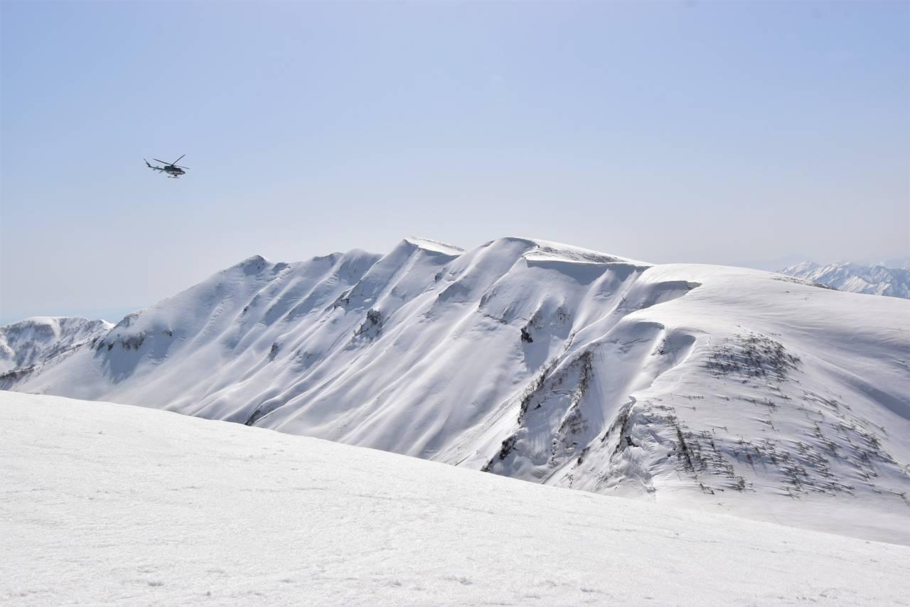 【新潟】守門岳の雪庇とヘリコプター