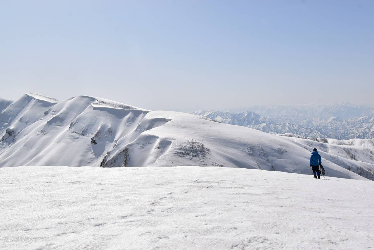 【新潟】守門岳 雪庇と登山者