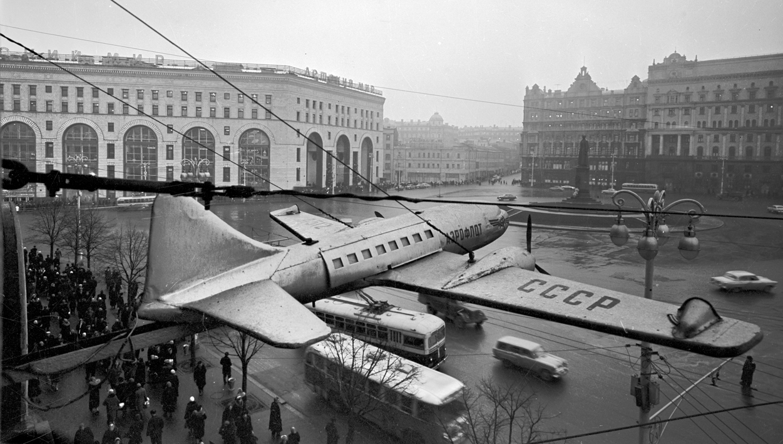 1956. Площадь Дзержинского, реклама касс Аэрофлота
