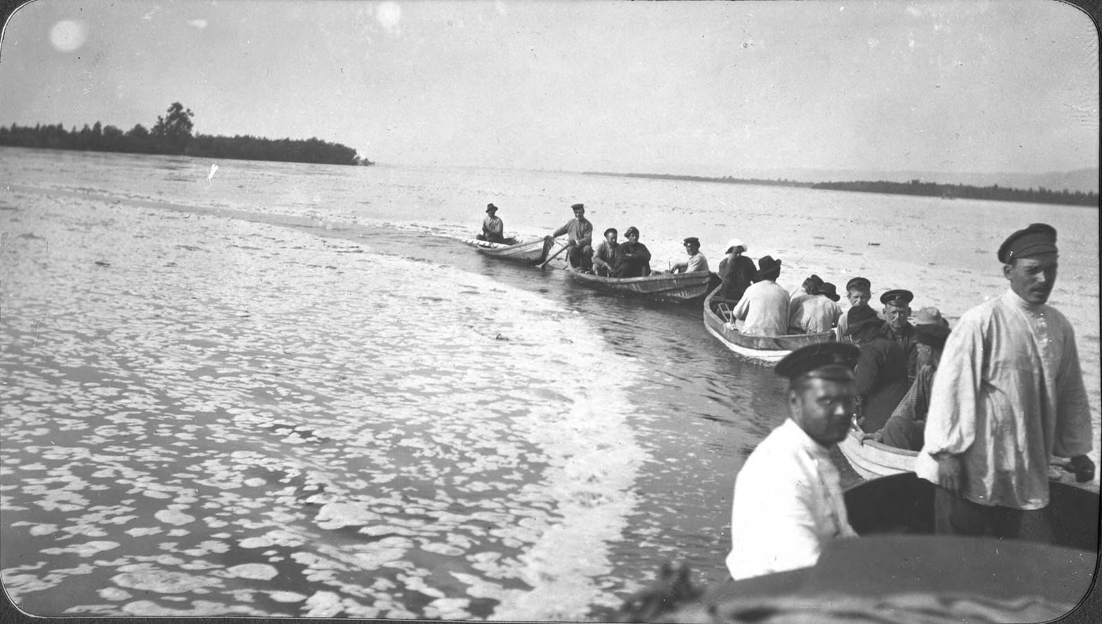 Караван лодок изыскательской партии на реке Зее во время паводка