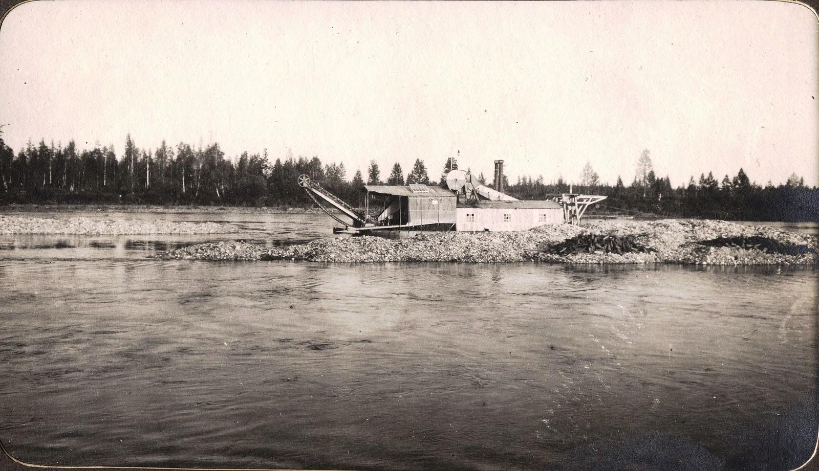 Золотопромышленная драга купца Мордина на реки Брянте.