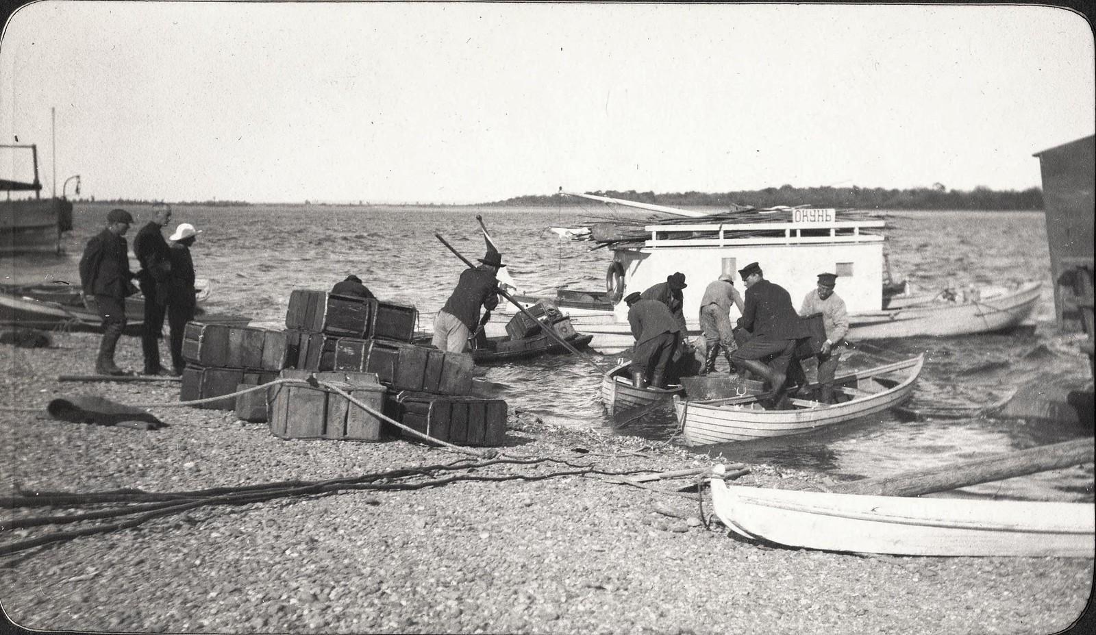 Выгрузка бензина с лодок на реке Зее во время ветра