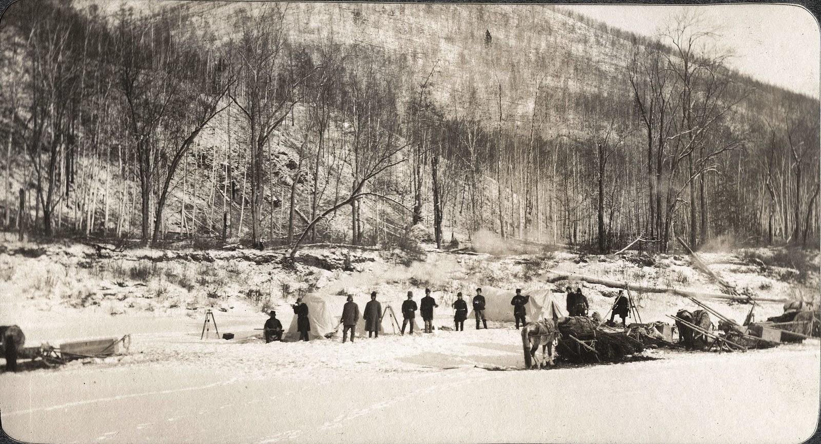 Вид каравана (лагеря) изыскательской партии на льду реки Зеи