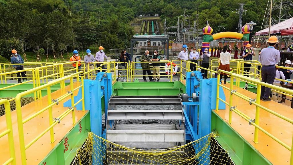 蘭陽水力發電廠天埤機組尾水道設置微水力發電機組測試平台。孫文臨攝