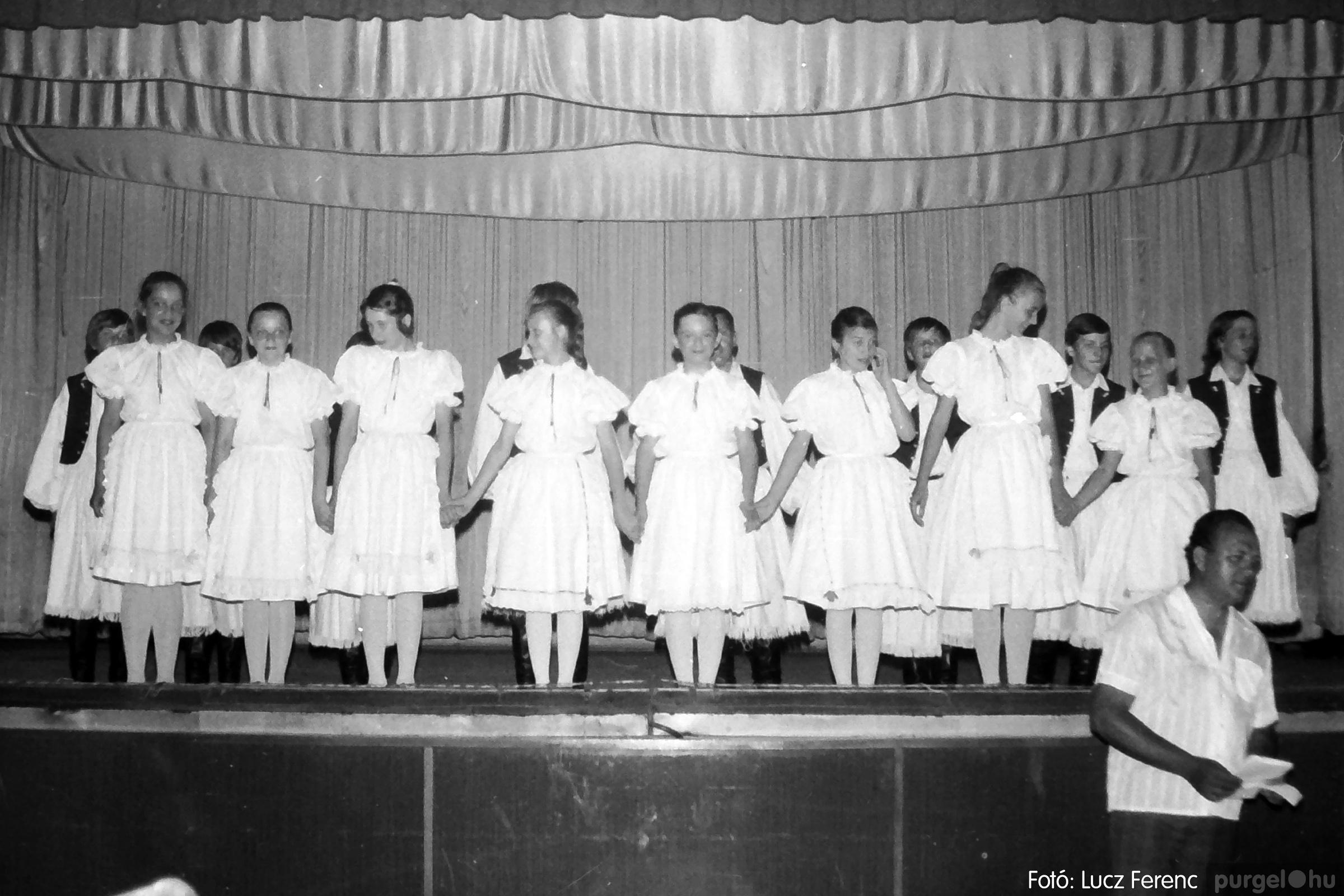 081. 1977. Néptáncosok fellépése a kultúrházban 010. - Fotó: Lucz Ferenc.jpg