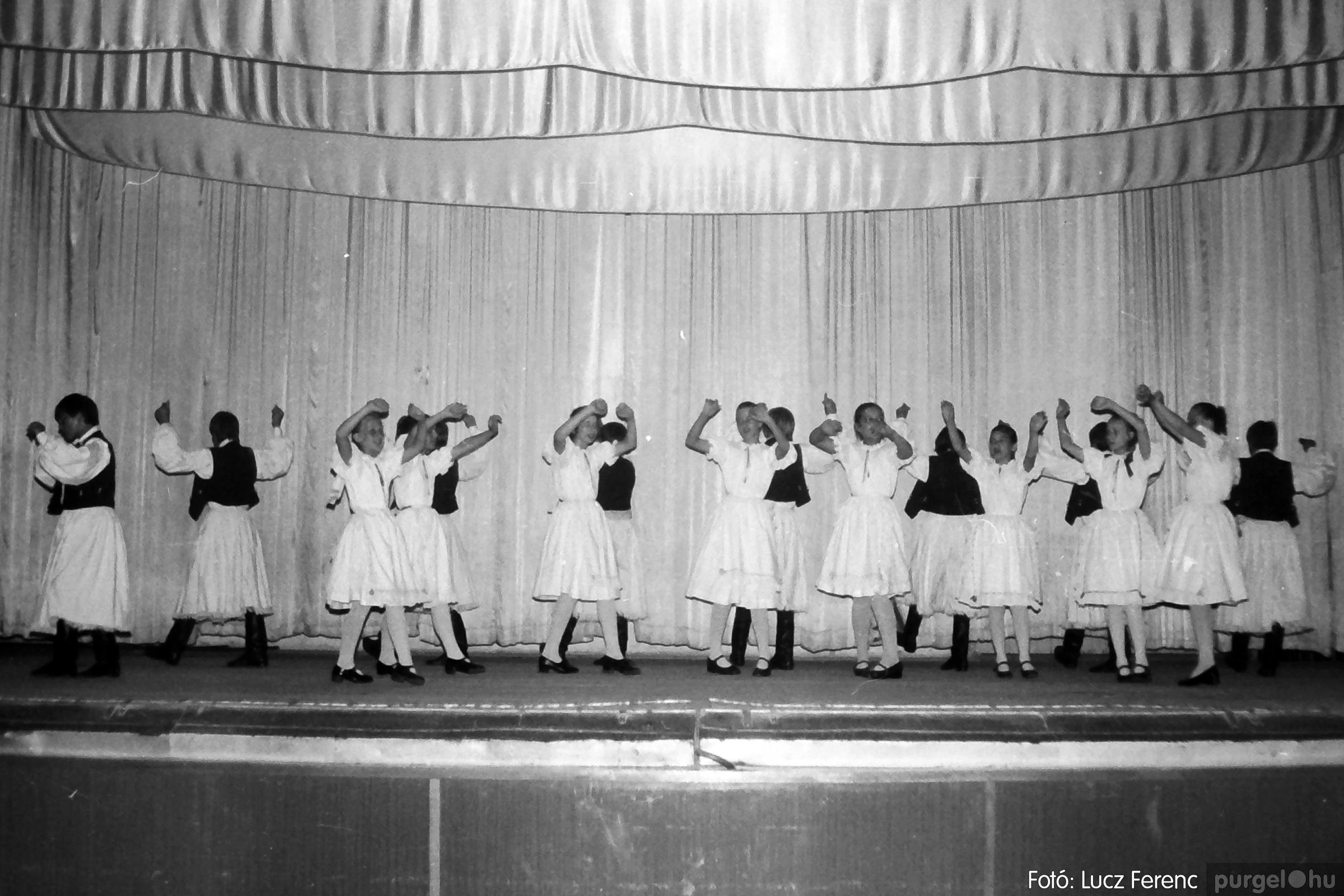 081. 1977. Néptáncosok fellépése a kultúrházban 009. - Fotó: Lucz Ferenc.jpg