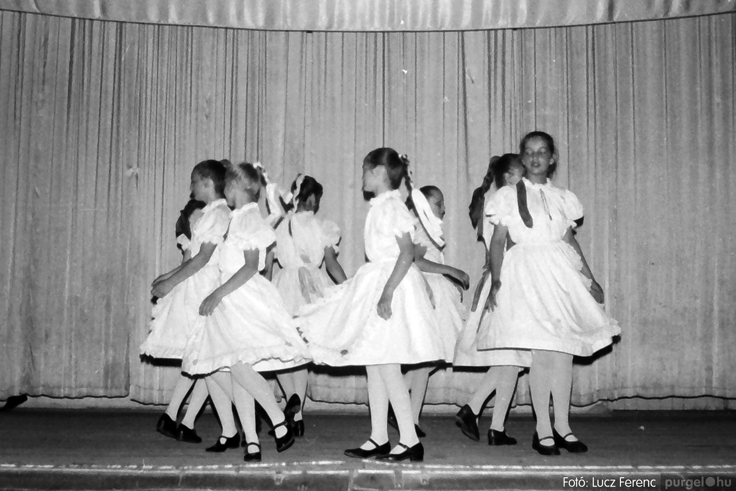 081. 1977. Néptáncosok fellépése a kultúrházban 006. - Fotó: Lucz Ferenc.jpg