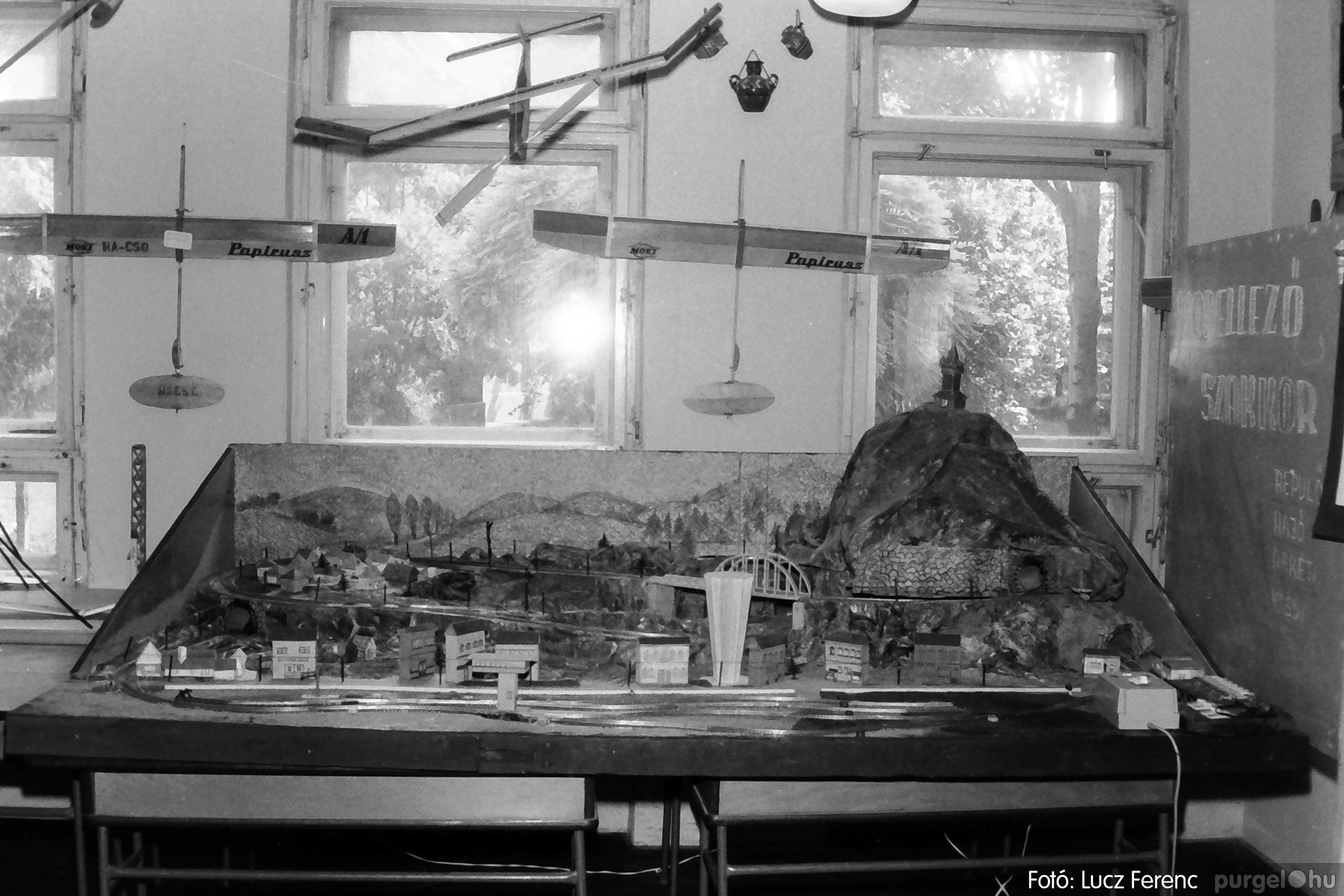 083. 1977. Iskolai kiállítás a tanév legszebb alkotásaiból 006. - Fotó: Lucz Ferenc.jpg