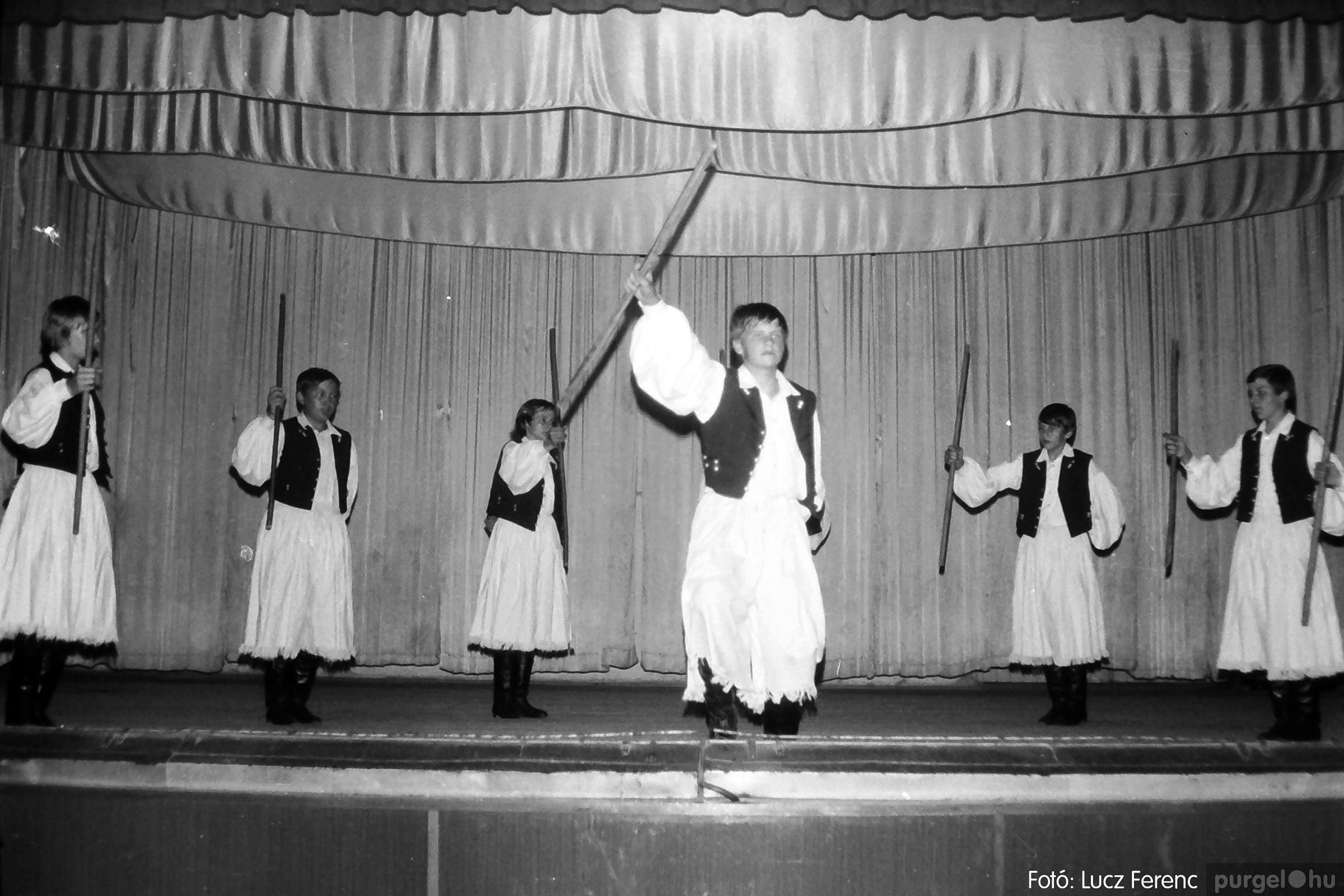 081. 1977. Néptáncosok fellépése a kultúrházban 008. - Fotó: Lucz Ferenc.jpg
