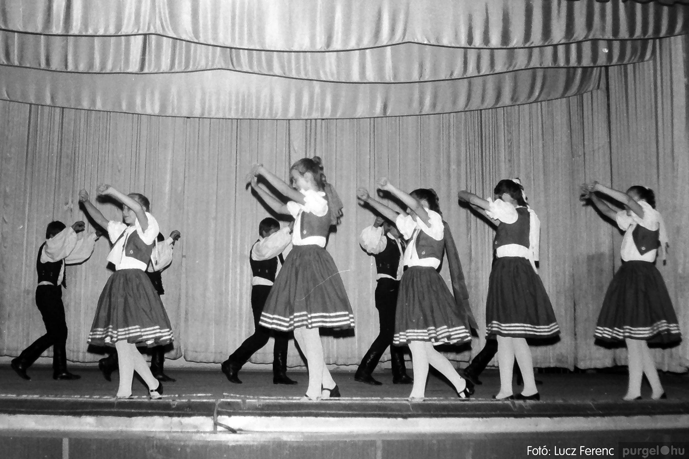 081. 1977. Néptáncosok fellépése a kultúrházban 005. - Fotó: Lucz Ferenc.jpg