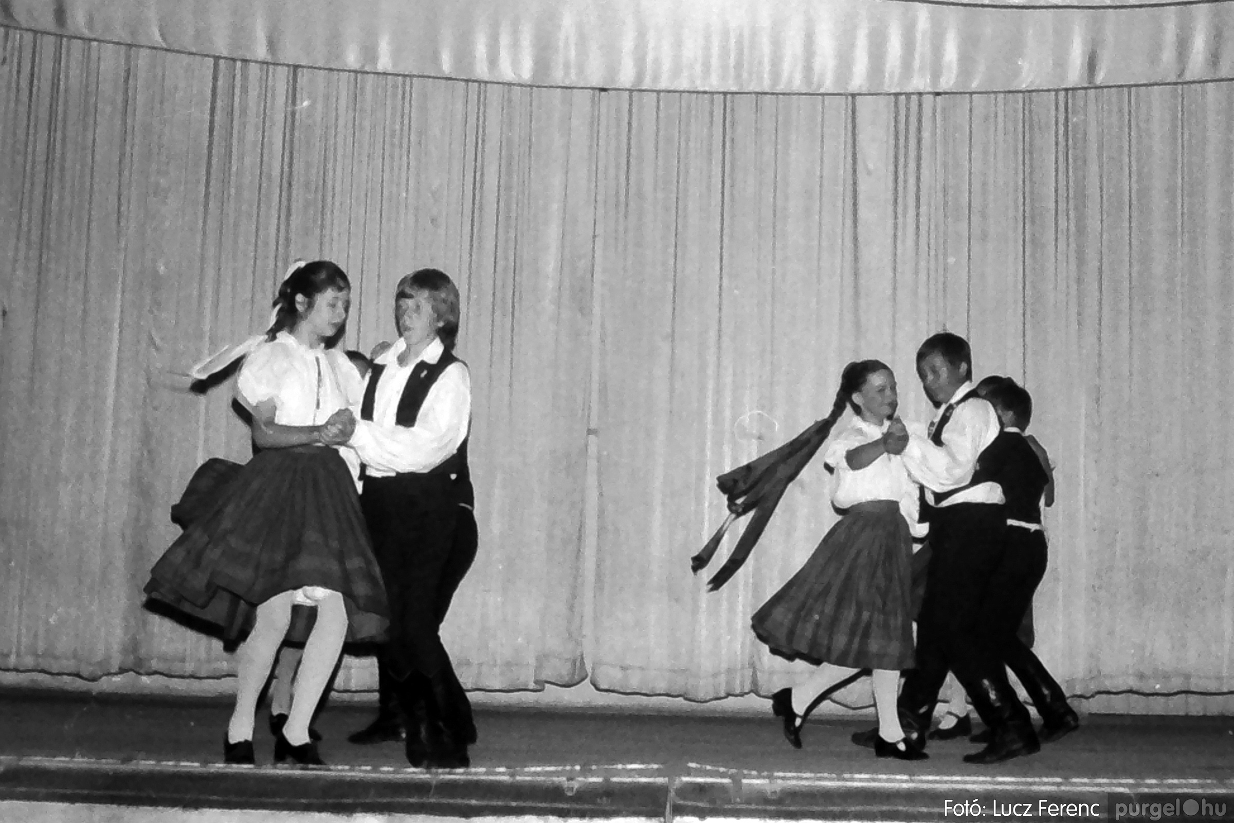 081. 1977. Néptáncosok fellépése a kultúrházban 004. - Fotó: Lucz Ferenc.jpg