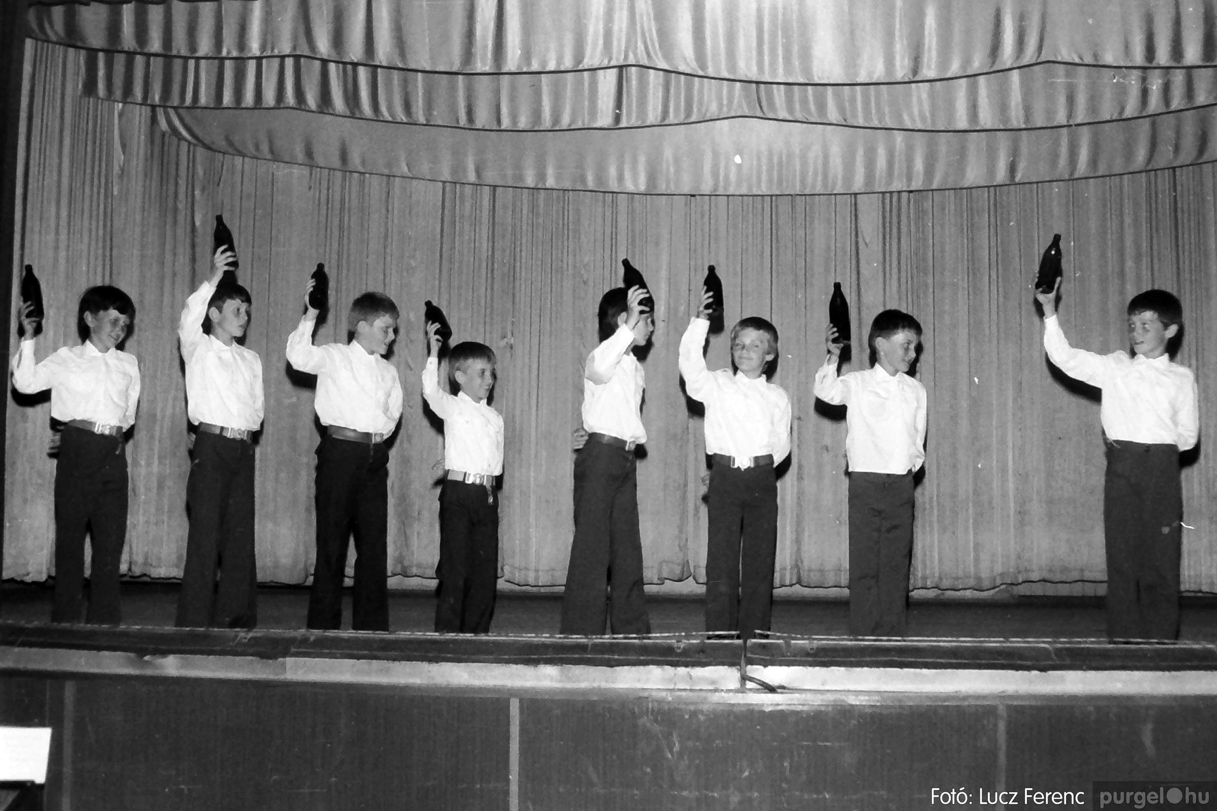 081. 1977. Néptáncosok fellépése a kultúrházban 012. - Fotó: Lucz Ferenc.jpg