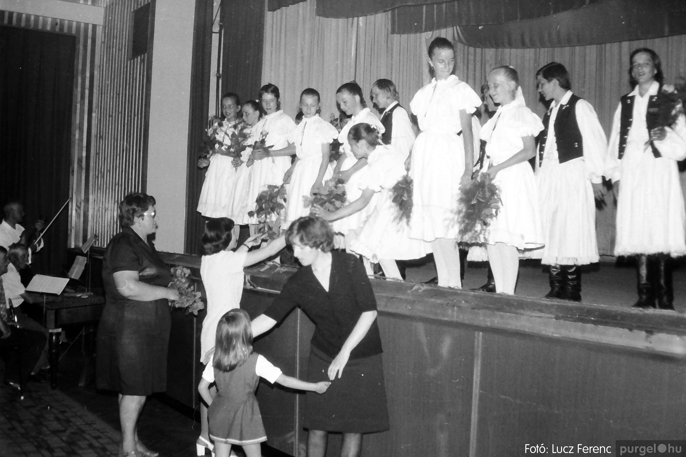 081. 1977. Néptáncosok fellépése a kultúrházban 011. - Fotó: Lucz Ferenc.jpg