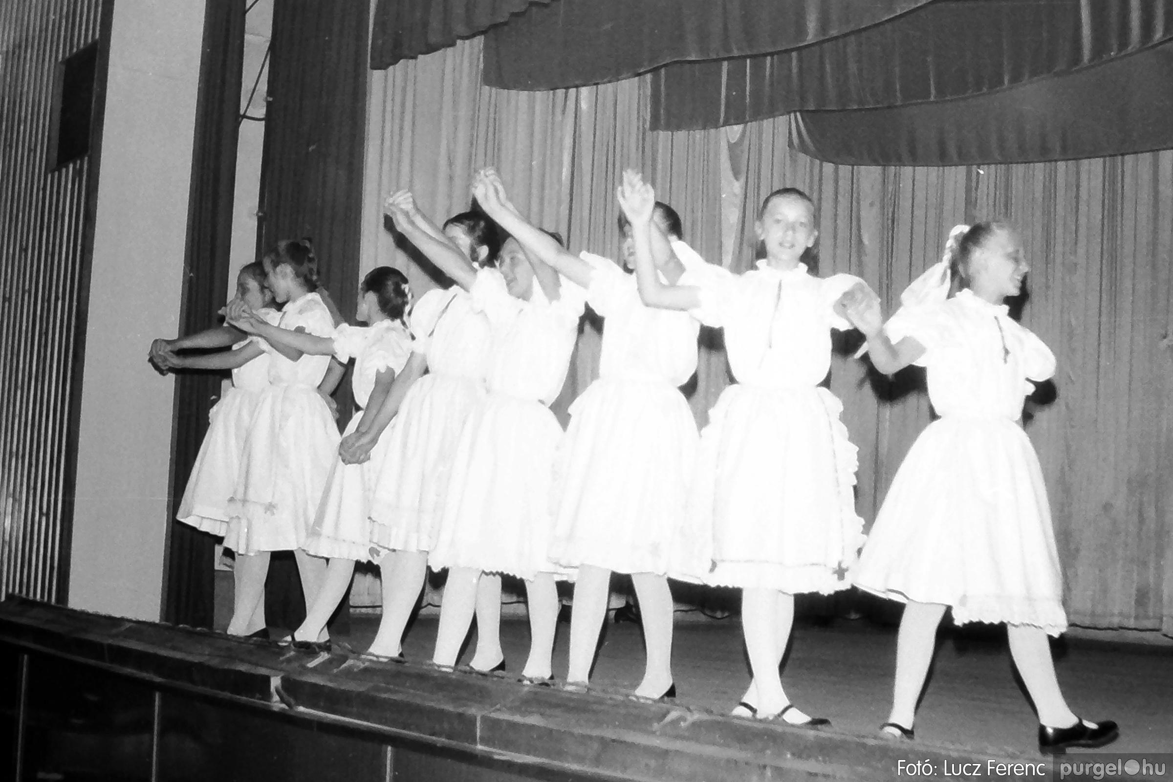 081. 1977. Néptáncosok fellépése a kultúrházban 007. - Fotó: Lucz Ferenc.jpg