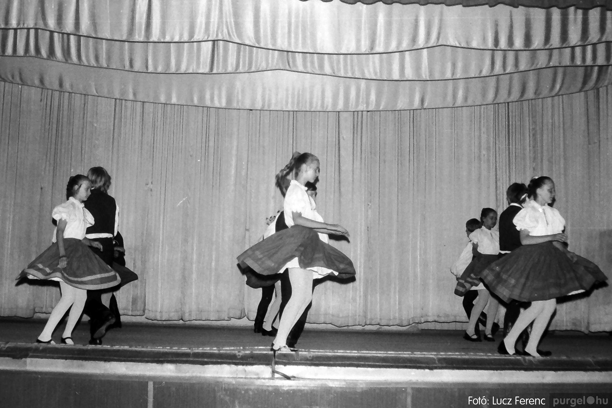 081. 1977. Néptáncosok fellépése a kultúrházban 003. - Fotó: Lucz Ferenc.jpg