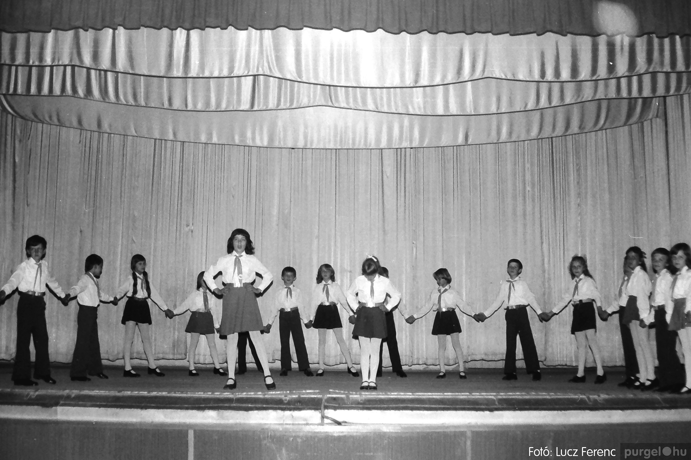 081. 1977. Néptáncosok fellépése a kultúrházban 002. - Fotó: Lucz Ferenc.jpg