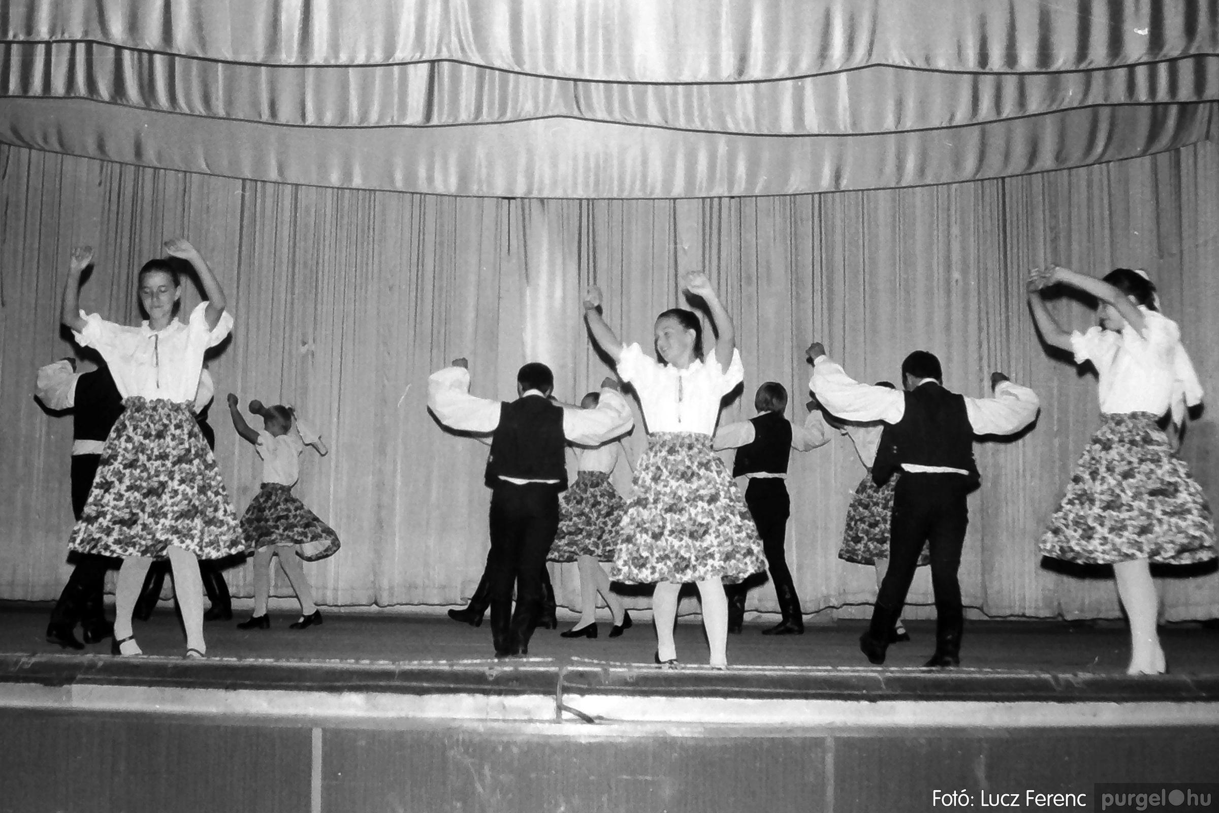081. 1977. Néptáncosok fellépése a kultúrházban 001. - Fotó: Lucz Ferenc.jpg