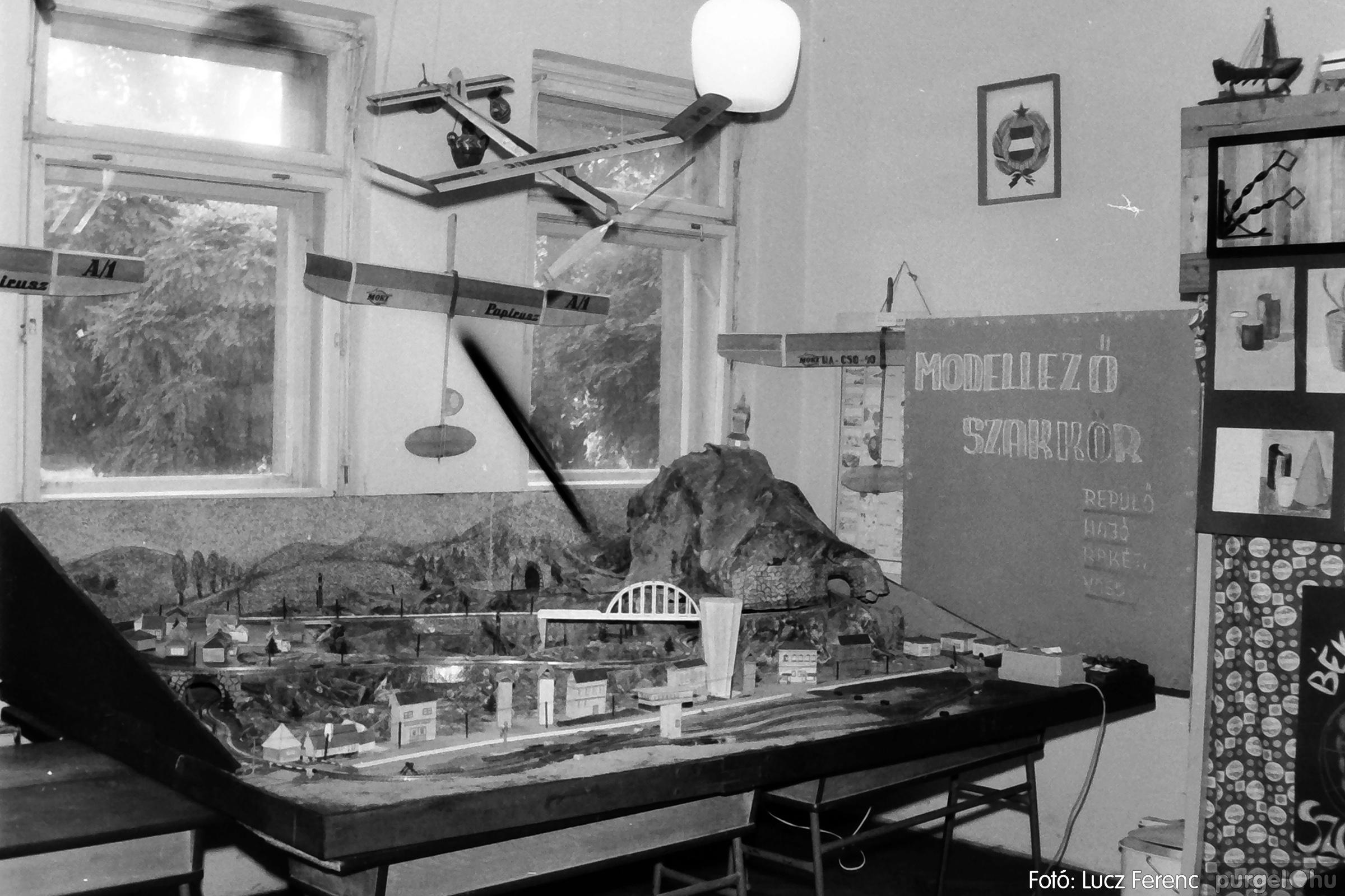 083. 1977. Iskolai kiállítás a tanév legszebb alkotásaiból 005. - Fotó: Lucz Ferenc.jpg