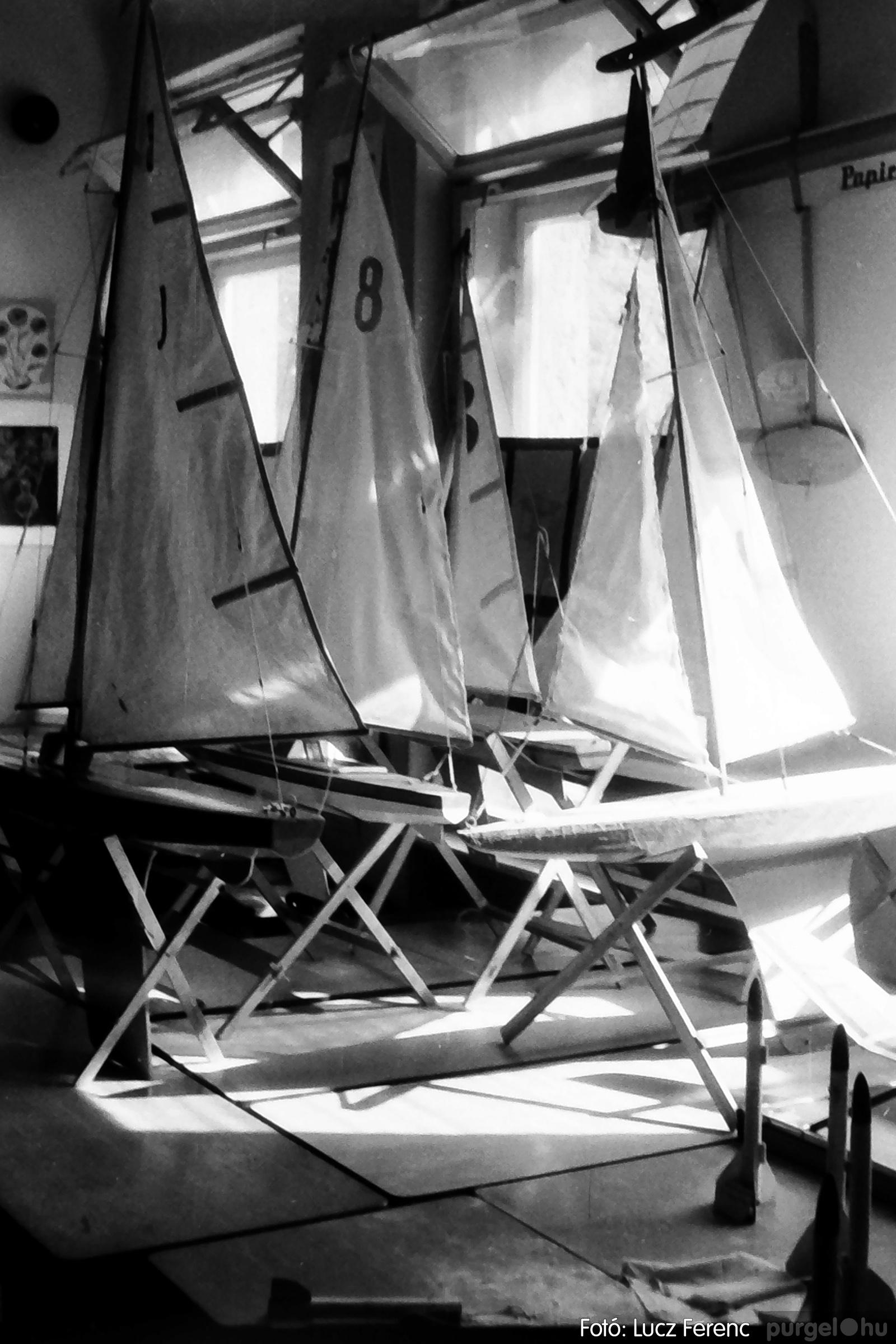083. 1977. Iskolai kiállítás a tanév legszebb alkotásaiból 001. - Fotó: Lucz Ferenc.jpg