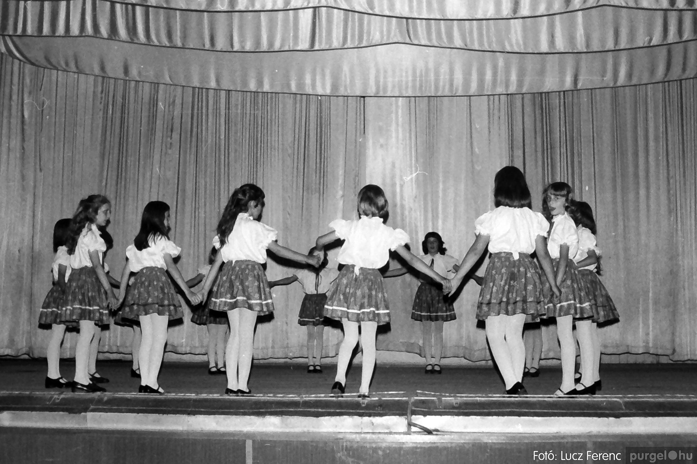 081. 1977. Néptáncosok fellépése a kultúrházban 013. - Fotó: Lucz Ferenc.jpg