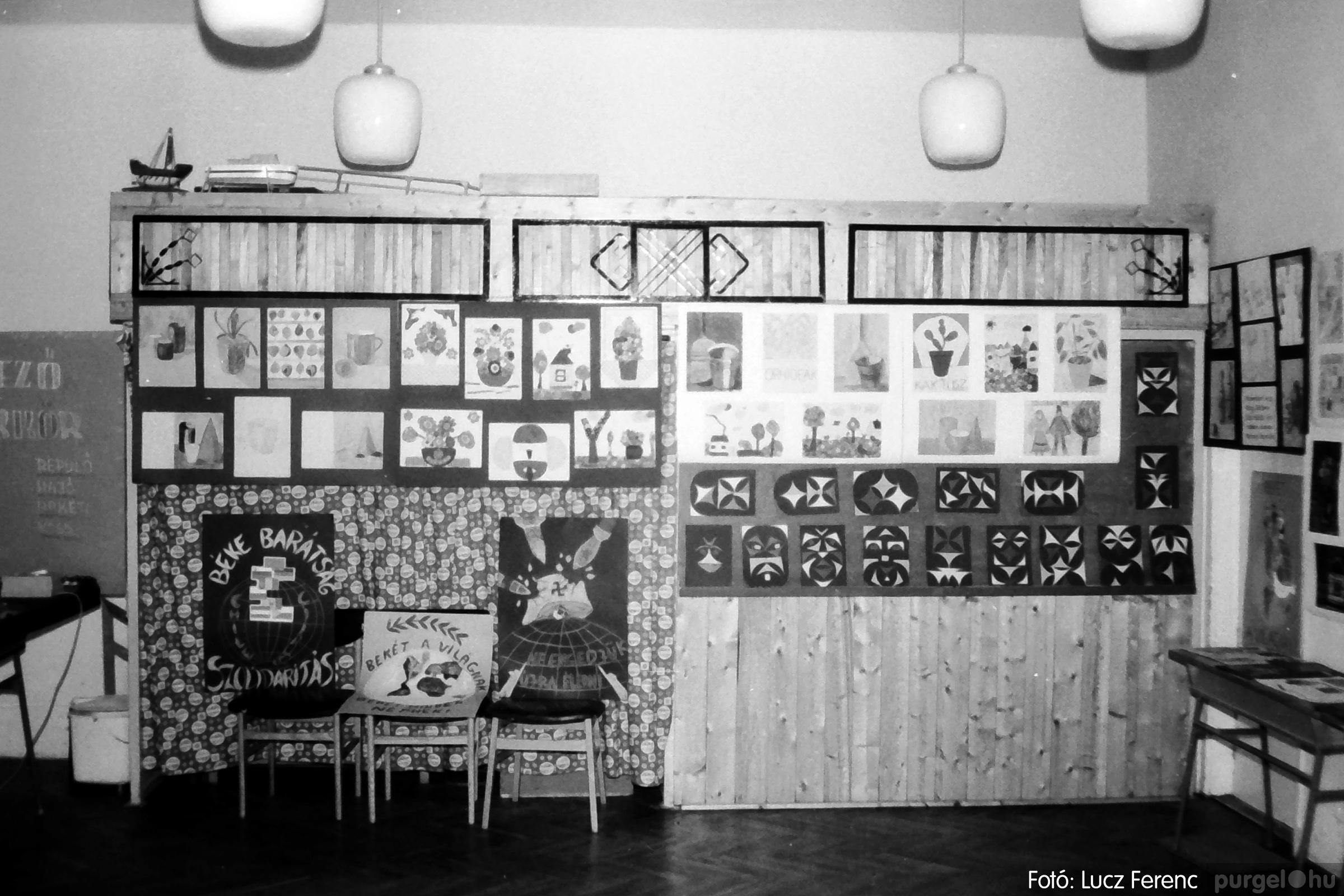 083. 1977. Iskolai kiállítás a tanév legszebb alkotásaiból 008. - Fotó: Lucz Ferenc.jpg