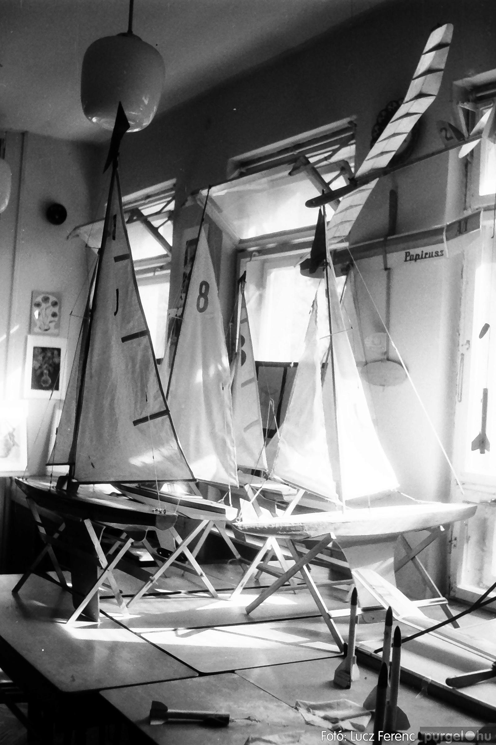 083. 1977. Iskolai kiállítás a tanév legszebb alkotásaiból 004. - Fotó: Lucz Ferenc.jpg