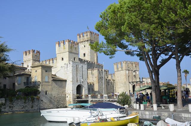2020.09.09.039 LOMBARDIE -  SIRMIONE - Entrée de la ville et le château médiéval