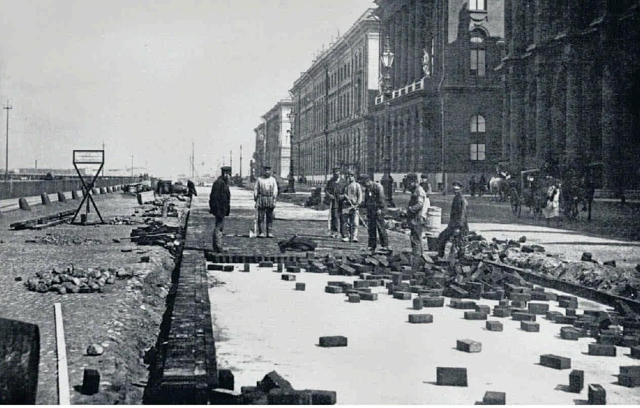 53. 1900-е. Укладка деревянной торцовой мостовой на Дворцовой набережной