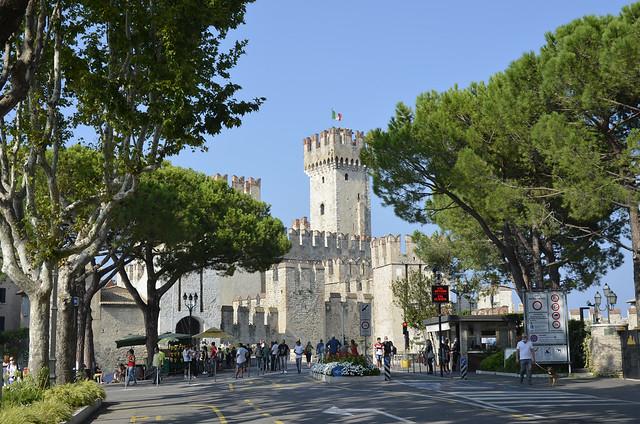 2020.09.09.038 LOMBARDIE -  SIRMIONE - Entrée de la ville et le château médiéval